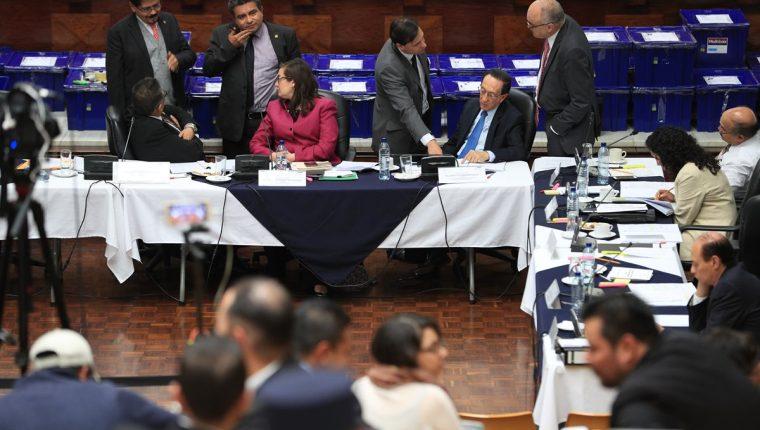 La Comisión de Postulación de Fiscal General revisa los expedientes de los candidatos. (Foto Prensa Libre: Carlos Hernández)