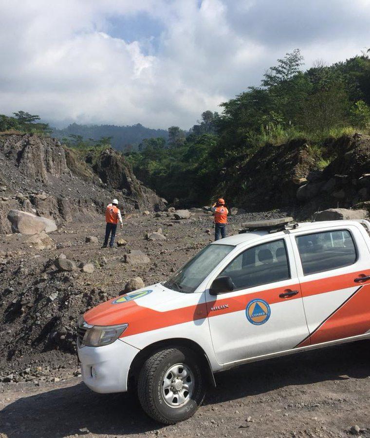 Personal de la Conred lleva a cabo monitoreos constantes en las barrancas del volcán Santiaguito. (Foto Prensa Libre: Conred)