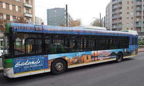 Un bus recorre unas de las calles de Milán, Italia, con la campaña que invita a visitar Guatemala. (Foto Prensa Libre: Marino de Luca)