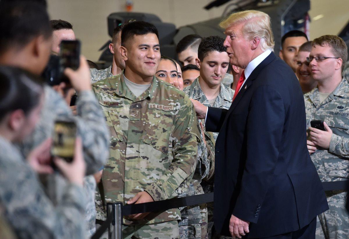 Trump saluda a soldados en la base de Phenix, Arizona, el 19 de octubre. (Foto Prensa Libre: AFP)