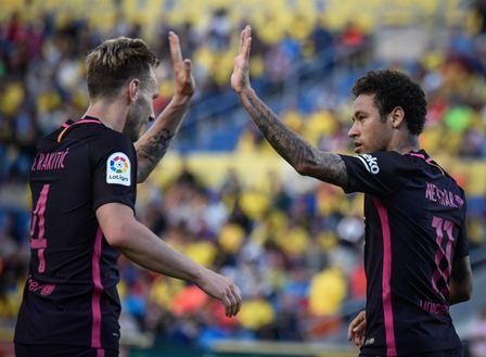 Con un triplete de Neymar, el Barcelona venció 1-4 a UD Las Palmas y aún pelea por conquista LaLiga. (Foto Prensa Libre: AFP).