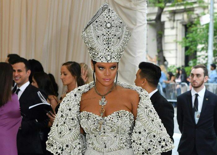Rihanna llevó uno de los atuendos más atrevidos en la Met Gala 2018 (Foto Prensa Libre: AFP).
