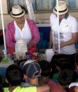 Los menores de la casa hogar observan cómo es la elaboración de los helados artesanales. (Foto: Fernando Magzul)