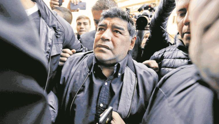 Maradona espera asistir a la boda de su hija, toda vez que incluyan dentro de los invitados a su actual pareja. (Foto Prensa Libre: Hemeroteca PL)