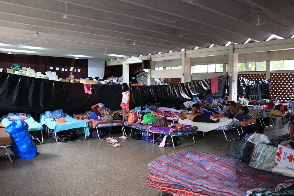 Más de dos mil familias permanecen en albergues a la espera de asistencia estatal, luego que la erupción del Volcán de Fuego dañara sus viviendas. (Foto Prensa Libre: Hemeroteca PL)