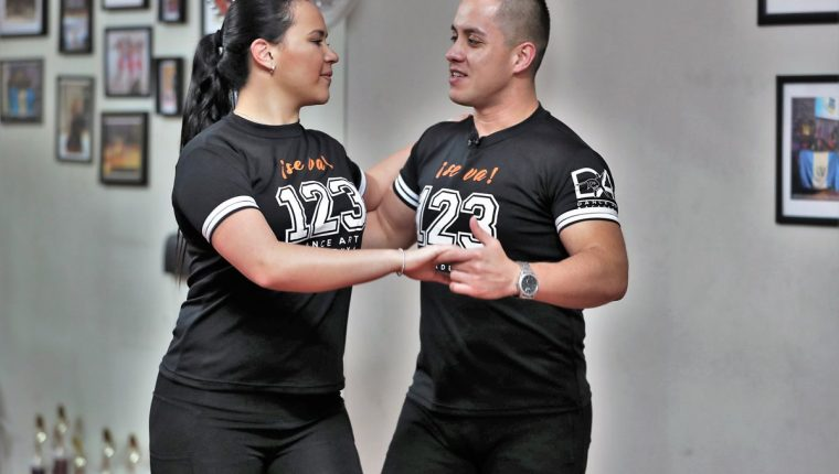 Katherine Milla y Héctor Blanco, campeones mundiales de salsa, le muestran 15 pasos de baile. (Foto Prensa Libre: Pablo Juárez Andrino)