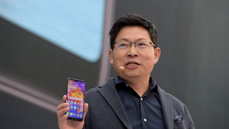 Richard Yu muestra el Huawei P20 Pro, el nuevo teléfono de la compañía (Foto Prensa Libre: AFP).
