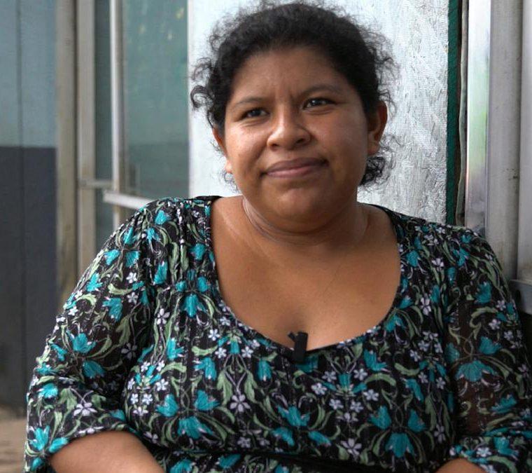 Carmelina Zamora describió por teléfono a su esposo los momentos dramáticos de la erupción del Volcán de Fuego. (Foto Prensa Libre: Cortesía de Víctor Farfán)