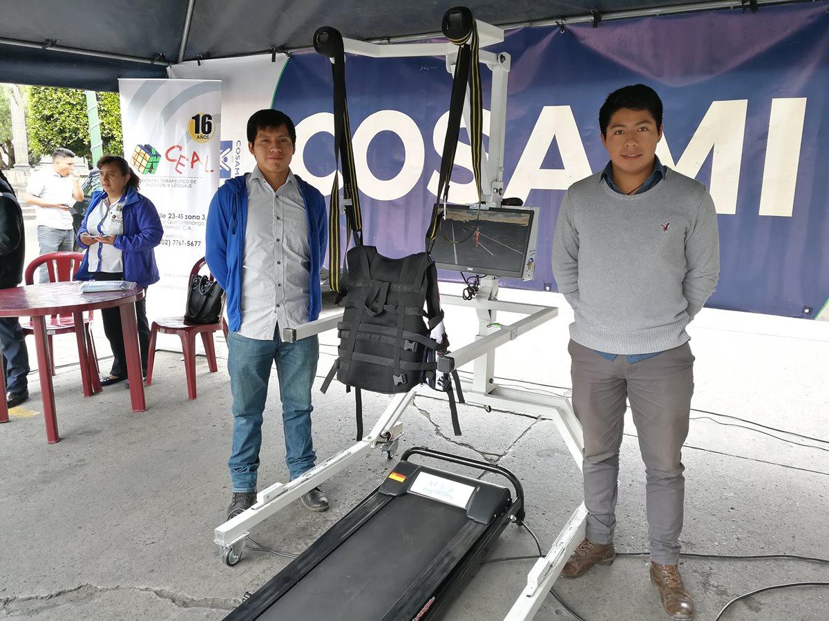 Estudiantes de la Universidad Mesoamericana muestran la caminadora que servirá para la rehabilitación de niños y adultos mayores. (Foto Prensa Libre: Fred Rivera)