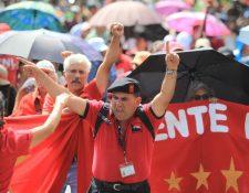 Sindicalistas de Salud gritan consignas mientras caminan hacia la Plaza de la Constitución. (Foto Prensa Libre: Esbin García)