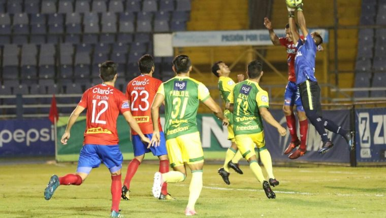 Municipal no sacó suficiente provecho jugando de local para definir la serie contra Petapa. (Foto Prensa Libre: Jorge Ovalle)