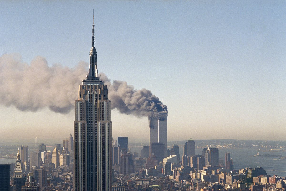 En esta fotografía de archivo, las torres gemelas arden después del choque de dos aviones. (Foto Prensa Libre. AP).