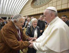 El Papa saluda a José Mujica durante el Encuentro Mundial de Movimientos Populares. (EFE).
