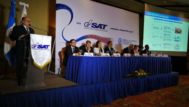 Abel Cruz, jefe interino de la SAT presentó el plan de trabajo para el 2018 que incluye la migración de los servicios a lo digital. (Foto Prensa Libre: Paulo Raquec)