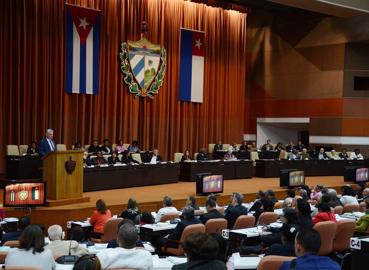 """Cuba aprueba proyecto de Constitución """"comunista"""" que reconoce al mercado"""
