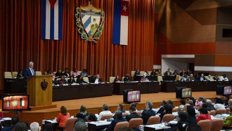 El presidente cubano, Miguel Díaz-Canel, pronuncia un discurso durante la sesión plenaria celebrada en el Parlamento, en La Habana (Cuba). La Asamblea Nacional de Cuba aprobó en votación unánime en sesión plenaria, el borrador final de la nueva Constitución. (Foto, Prensa Libre: Efe).