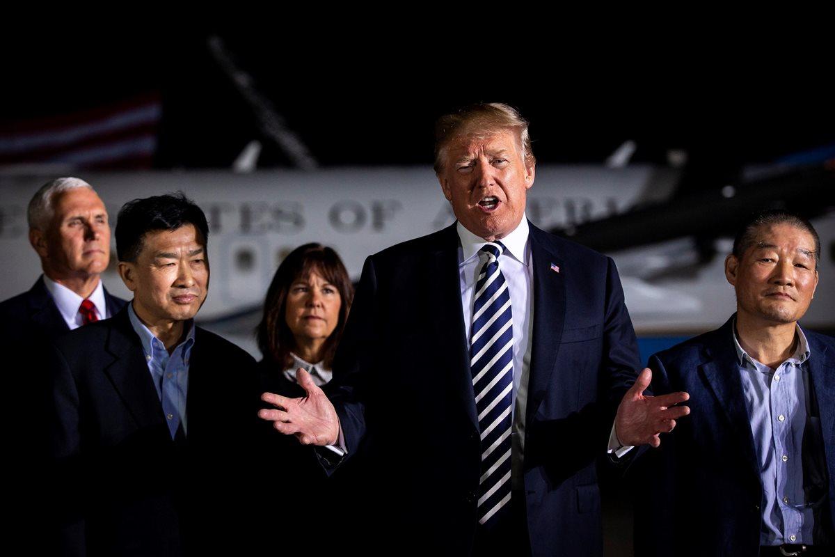 Donald Trump (c), recibe a los tres presos estadounidenses liberados por Corea del Norte en la base militar de Andrews en Maryland, Estados Unidos.(Foto prensa Libre:EFE).