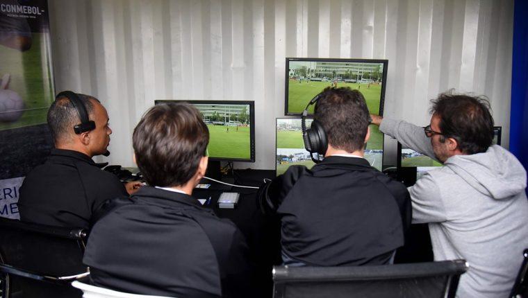 El videoarbitraje se usará en el Mundial de Rusia 2018. (Foto Prensa Libre: AFP)