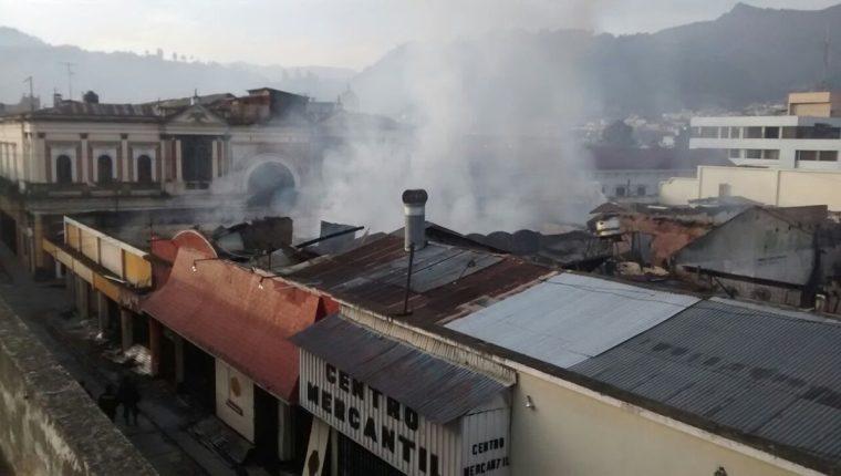 Vista del incendio que consumió varios locales comerciales en zona 1, Quetzaltenango.