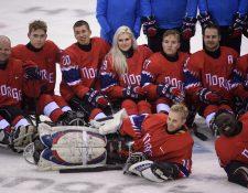 La jugadora noruega juega de delantera en el equipo noruego, siendo la única mujer en la prueba. (Foto Prensa Libre: AFP)