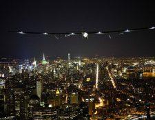 Espectacular paso del Avión Solar Impulse 2 sobre la ciudad de Nueva York, EE. UU. (Foto Prensa Libre: AFP).