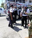 Los miembros de la policía municipal de Acapulco fueron detenidos y desarmados por las fuerzas de seguridad federales. REUTERS