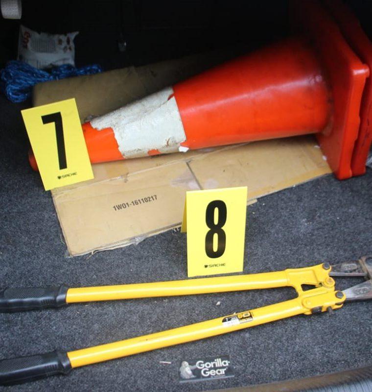 Las autoridades localizaron distintas herramientas en uno de los vehículos de los capturados. (Foto Prensa Libre: Mario Morales)