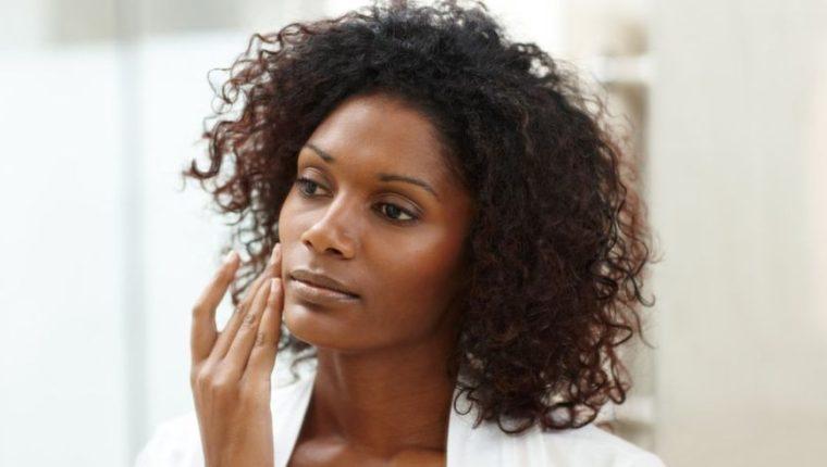 La Organización Mundial de la Salud asegura que la mayoría de mujeres de piel oscura que usa productos blanqueadores lo hace sin receta médica. (Getty Images).