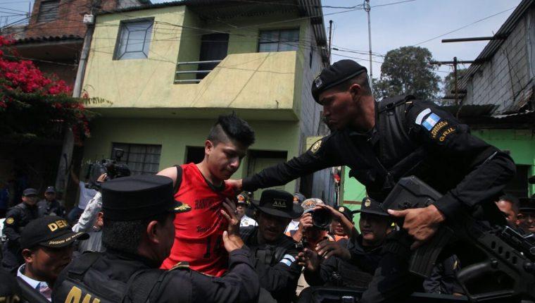 Presunto pandillero detenido en la zona 3, es señalado de haber atentado en un bus y matar a un agente de la PNC. (Foto Prensa Libre: PNC)