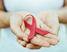 El Día Mundial del Sida se celebra el 1 de diciembre y el lazo rojo simboliza la lucha, el compromiso y la solidaridad con quienes padecen esta enfermedad. (GETTY IMAGES)