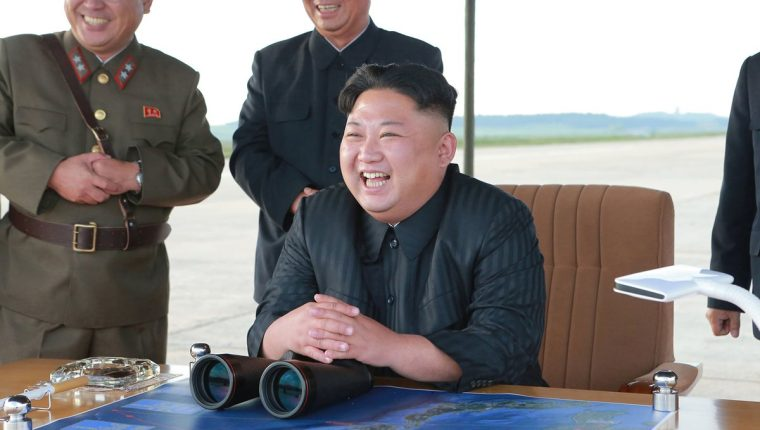 Kim Jong Un (c)celebra el lanzamiento de un misil de alcance intermedio Hwasong-12 (AFP).