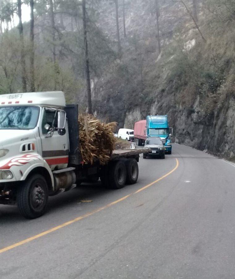 Los bloqueos generan atascos en rutas de Quiché. (Foto Prensa Libre: Héctor Cordero).