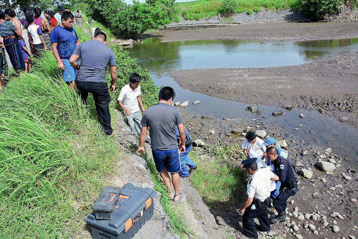 Cadáver de joven fue rescatado por otros feligreses de la iglesia a la que pertenecía la víctima. (Foto Prensa Libre: Carlos Paredes)