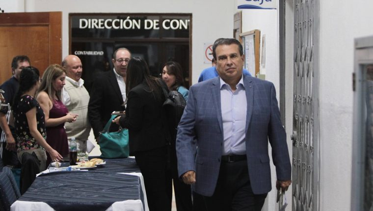 El presidente de la CDAG, Dennis Alonzo sale de la asamblea extraordinaria del deporte federado. (Foto Prensa Libre: Norvin Mendoza)