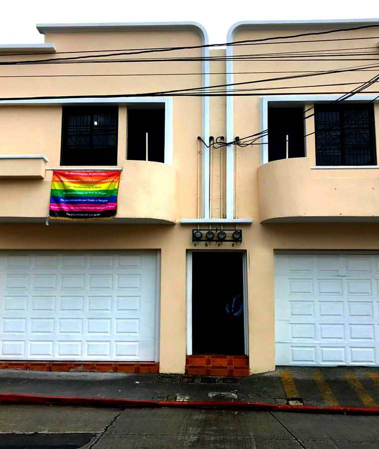 Bandera gay en el edificio de la Procuraduría de los Derechos Humanos. (Foto Prensa Libre: PDH).