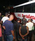 Migrantes detenidos en Retalhuleu viajaban en autobuses hacia la frontera con México. (Foto Prensa Libre: Rolando Miranda)