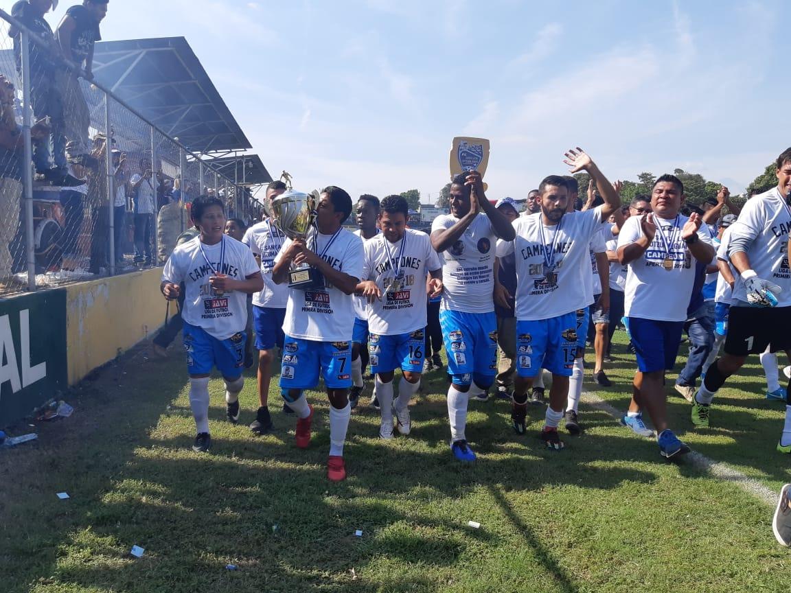 Los jugadores de Santa Lucía Cotzumalguapa dieron la vuelta de campeón. (Foto Prensa Libre: Enrique Paredes)