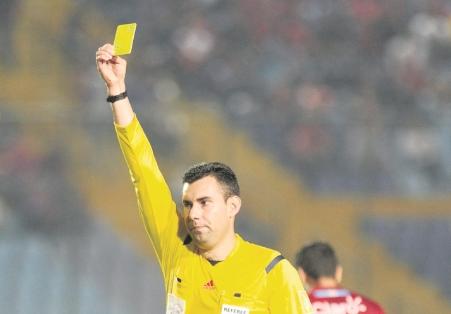 El árbitro Mario Escobar estará en el estadio El Trébol, dirigiendo el partido entre Municipal y Petapa. (Foto Prensa Libre: Hemeroteca)