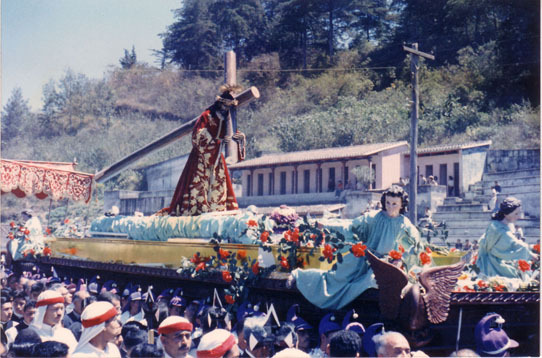 La triunfal procesión de ingreso de Jesús de Candelaria a la Antigua Guatemala el 3 de marzo de 1963. (Foto: Hemeroteca PL)