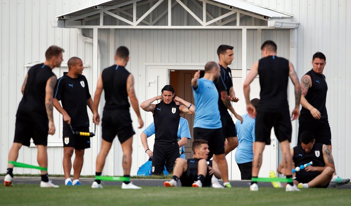 La selección uruguaya se entrena previo a enfrentar a Portugal, en octavos de final. (Foto Prensa Libre: AFP)