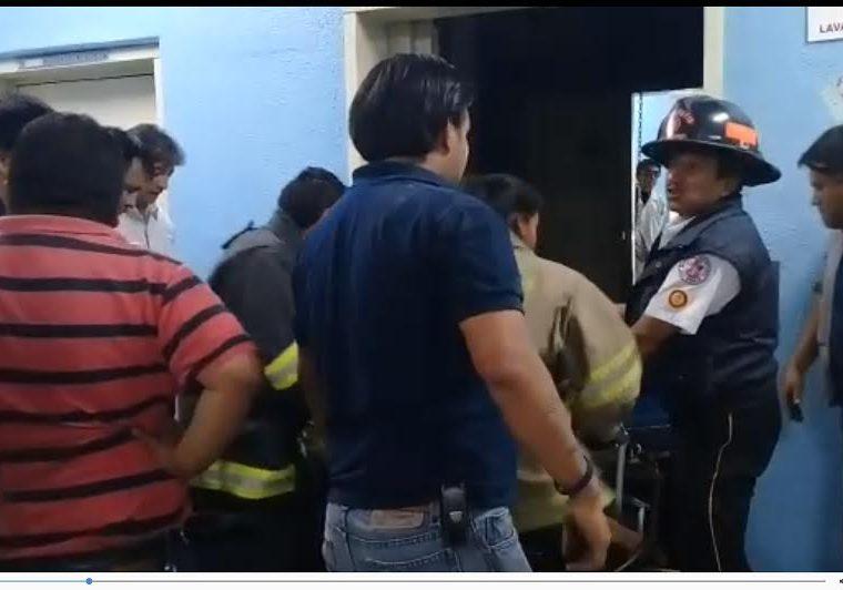 La mujer herida fue trasladada al área de shock de ese centro asistencial. (Foto Prensa Libre: Fred Rivera)