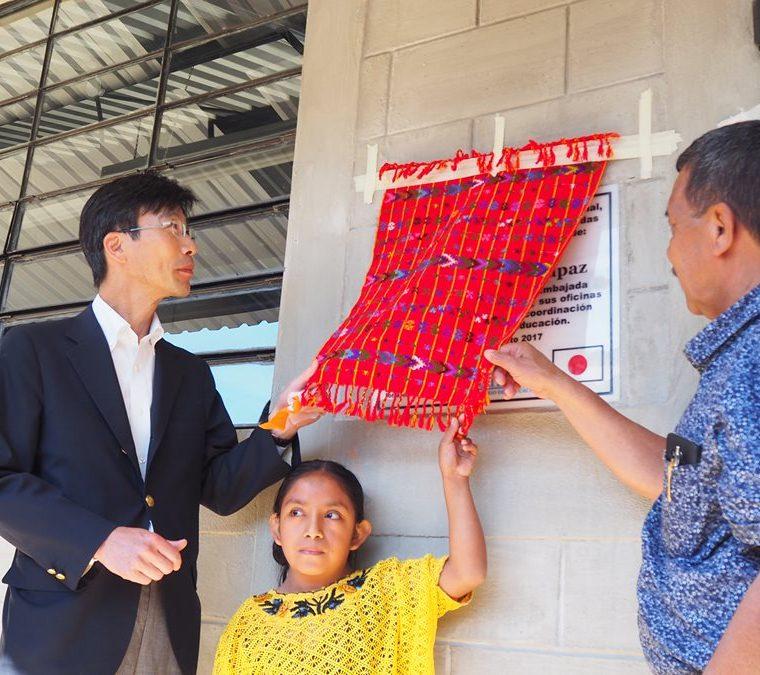 El embajador de Japón en Guatemala, autoridades ediles y de Educación inauguran la remodelación de una de las escuelas. (Foto Prensa Libre: Cortesía)