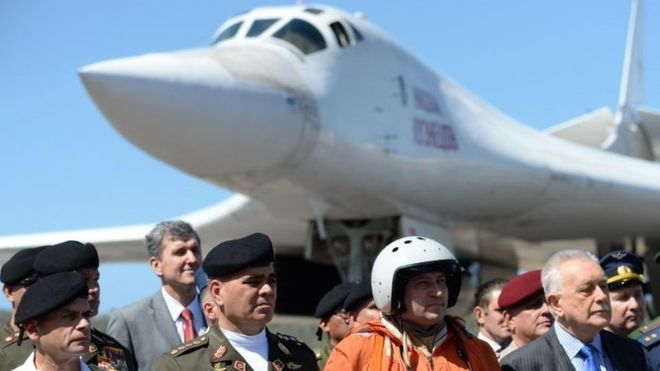 El ministro de Defensa de Venezuela, Vladimir Padrino (izquierda), recibió a la delegación rusa. AFP
