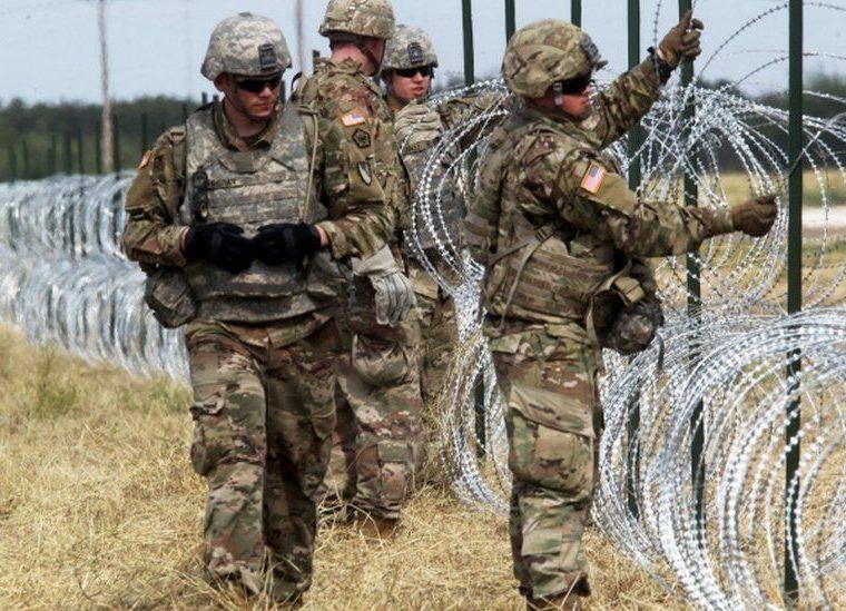 Los militares colocaron cientos de metros de alambre de púa en el borde ente Estados Unidos y México ante la llegada de los inmigrantes. REUTERS