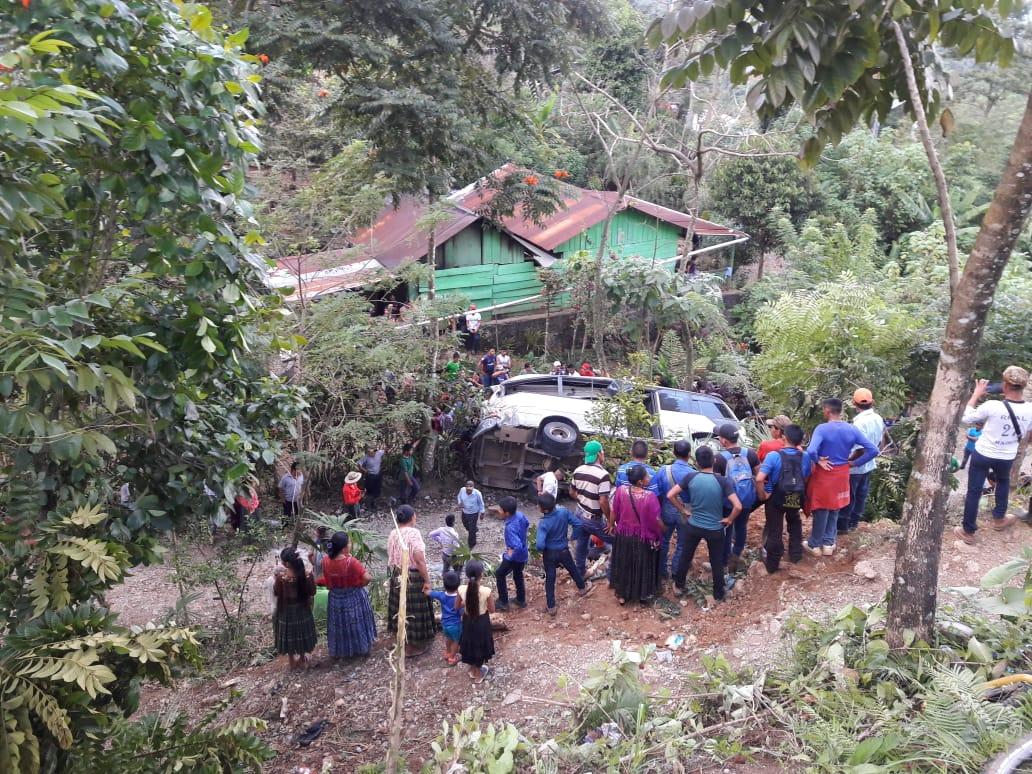 Pobladores de Chajmacán, ruta de Cobán a Chisec, Alta Verapaz, en el lugar del accidente. (Foto Prensa Libre: Eduardo Sam)