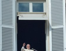 El papa Francisco se dirige a miles de fieles. (Foto Prensa Libre: AFP)