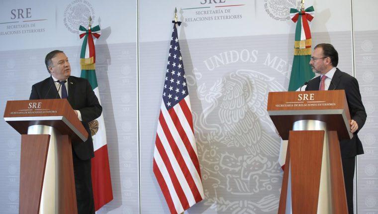 El secretario de Relaciones Exteriores mexicano, Luis Videgaray (derecha), respondió a Mike Pompeo, secretario de Estado de EE. UU., que respetará los derechos humanos de los migrantes. (Foto Prensa Libre: EFE)