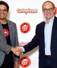 Milind Pant , presidente de Pizza Hut International, y Pablo Juantegui, presidente ejecutivo y CEO de Grupo Telepizza (Foto Prensa Libre:EFE).