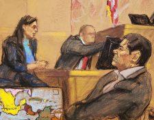 """El narcotraficante mexicano Joaquín """"El Chapo"""" Guzmán (d) mientras escucha los testimonios durante el juicio en su contra. (Foto Prensa Libre EFE)"""