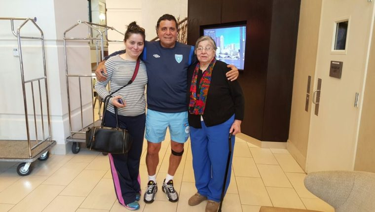 Rogelio Flores junto a su hermana Valeska (izquierda) y su madre Thelma (derecha). (Foto Prensa Libre: ACD)